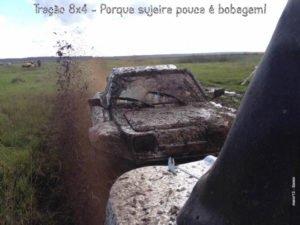Um buggy no barro, com capota fechada