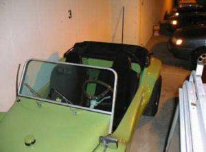 Capota conversível do buggy arriada. Visão frontal