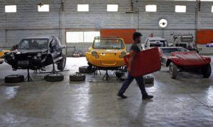 Carros são montados em fábrica que também fica aberta à visitação, em Rio Bonito: maioria das vendas vai para Região dos Lagos Foto: Luiz Ackermann / Agência O Globo